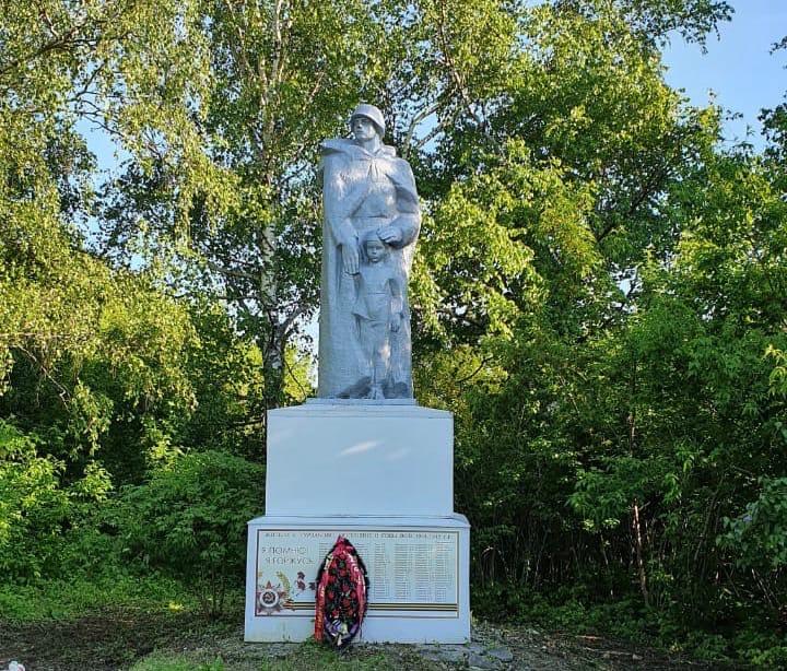 Активисты в Чувашии привели в порядок памятник павшим в Великой Отечественной войне