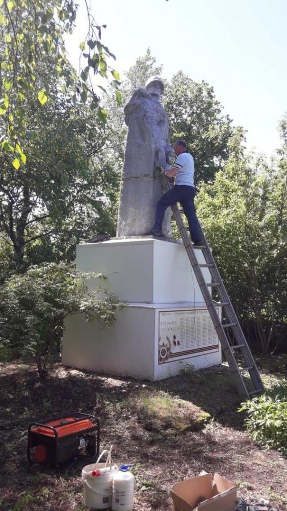 Активисты в Чувашии привели в порядок памятник павшим в Великой Отечественной войне 1