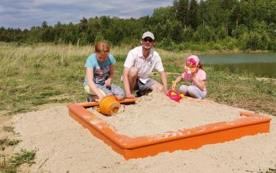Свердловские активисты установили песочницу для детей