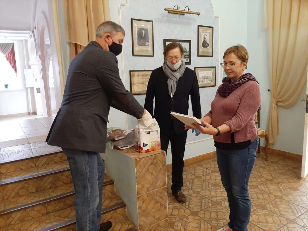 Активисты в Перми подарили детям книги 1