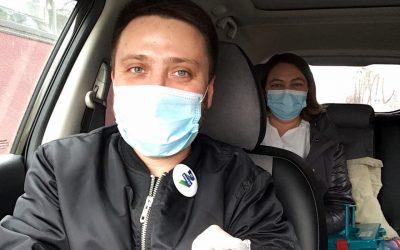 Активисты в Иркутске на личных авто отвозят медиков к больным