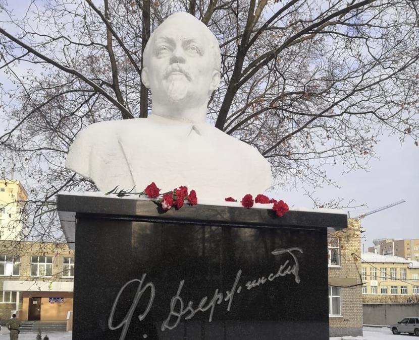 В Рязани возложили цветы к памятнику Дзержинского