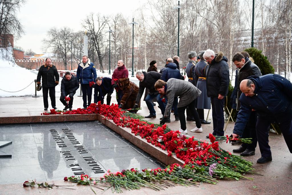 «Справедливая Россия — За Правду» возложила цветы в честь Дня защитника Отечества 8