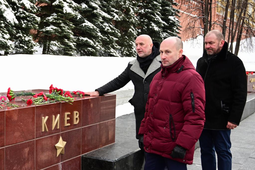 «Справедливая Россия — За Правду» возложила цветы в честь Дня защитника Отечества 6