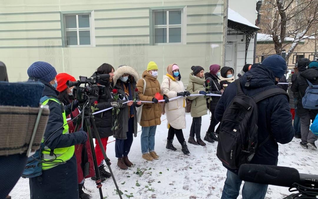 Женщины не должны мерзнуть за Навального