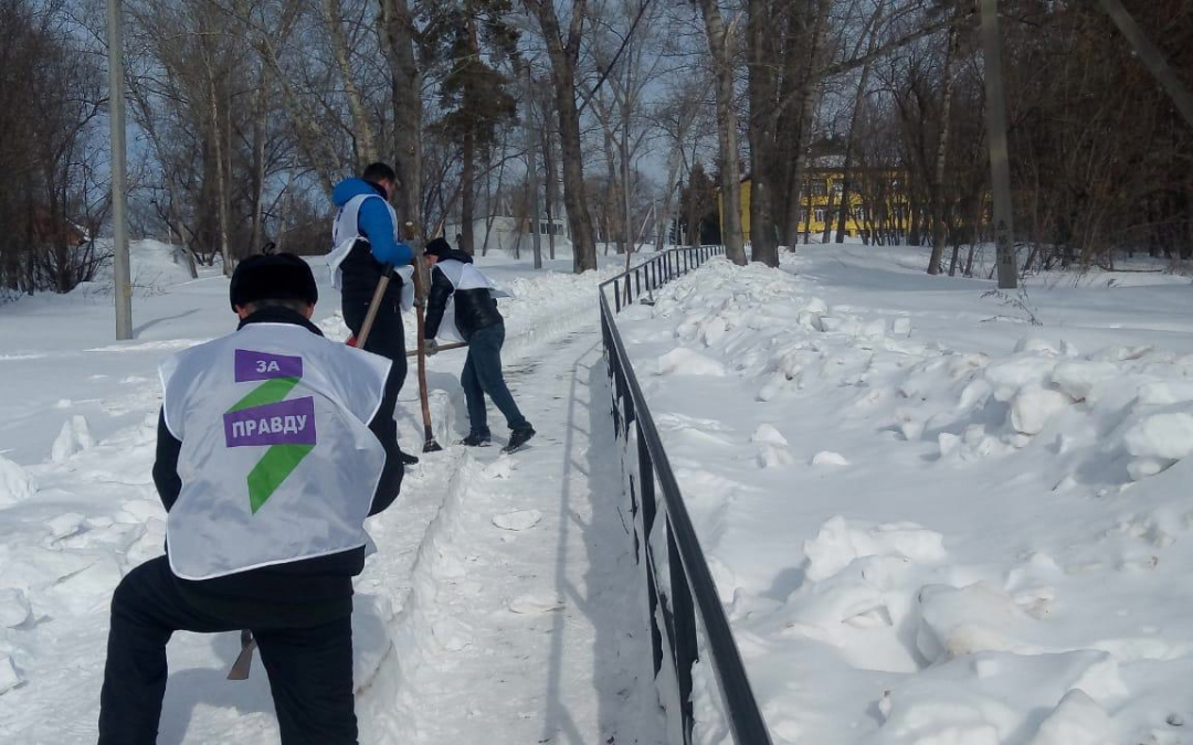 Гвардейцы убрали снег возле школы в Димитровграде