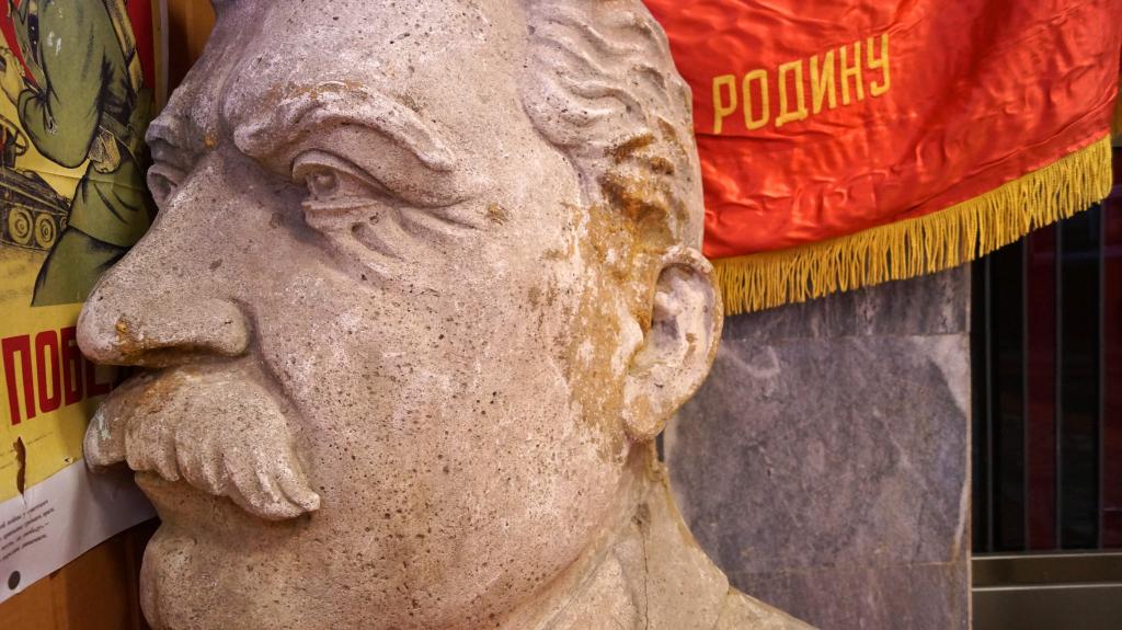 Пропавший барельеф Сталина был представлен на выставке в Доме офицеров в Екатеринбурге 6
