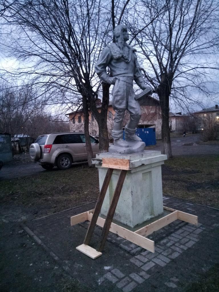 Кемеровские гвардейцы отремонтировали памятник Герою Советского Союза 2