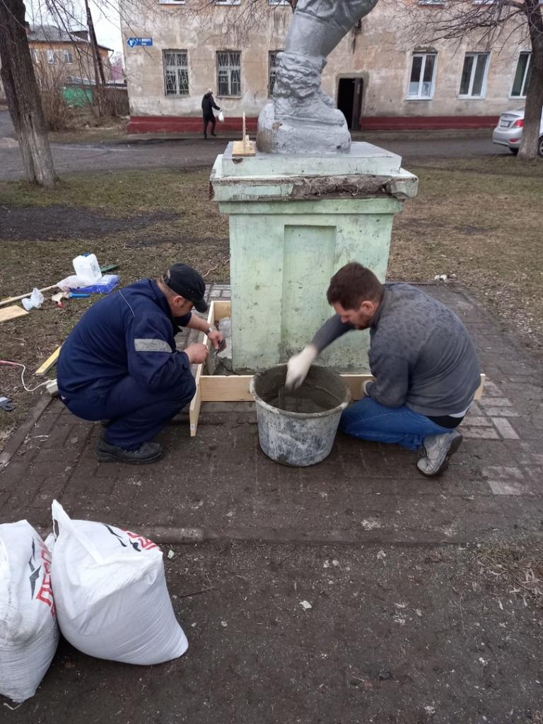 Кемеровские гвардейцы отремонтировали памятник Герою Советского Союза 3
