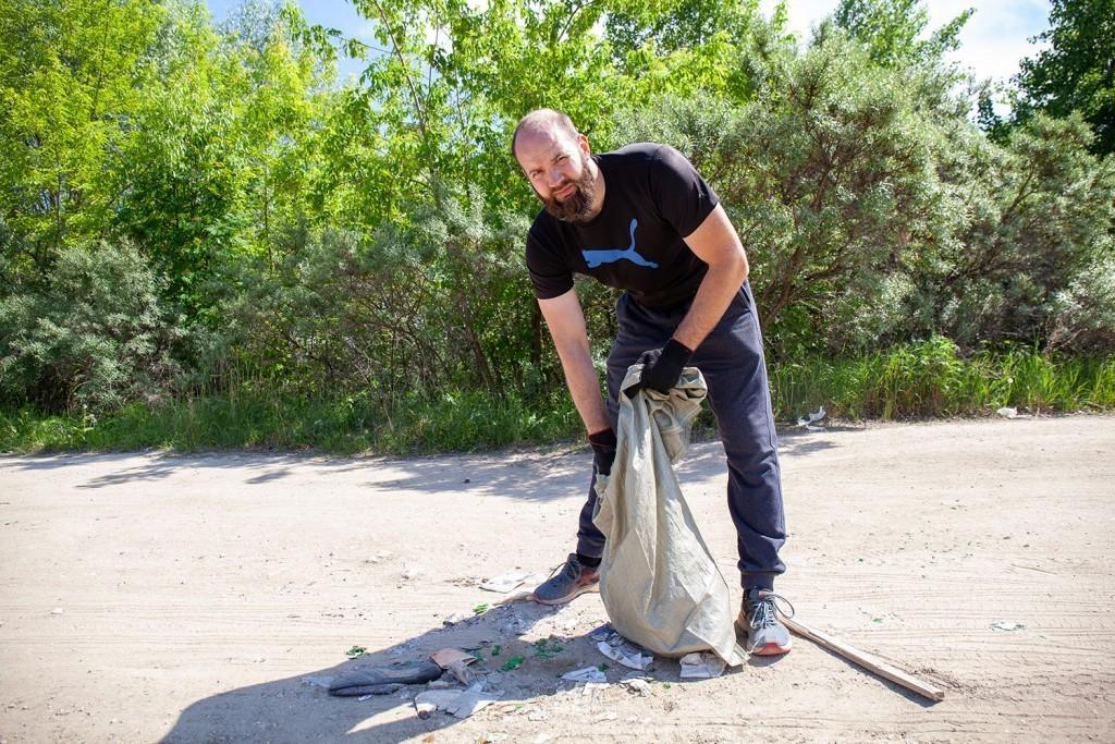 Активисты Движения Захара Прилепина провели субботник на берегу Оки 5