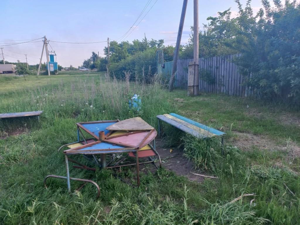 Тамбовские активисты восстановили заброшенную местными властями детскую площадку 1