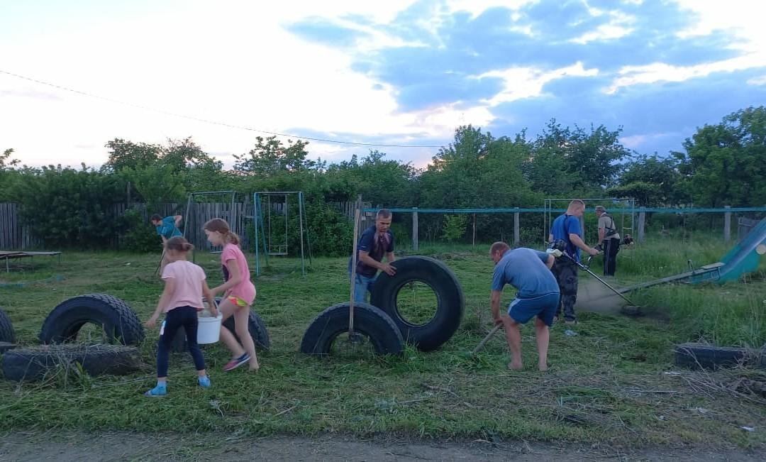 Тамбовские активисты восстановили заброшенную местными властями детскую площадку