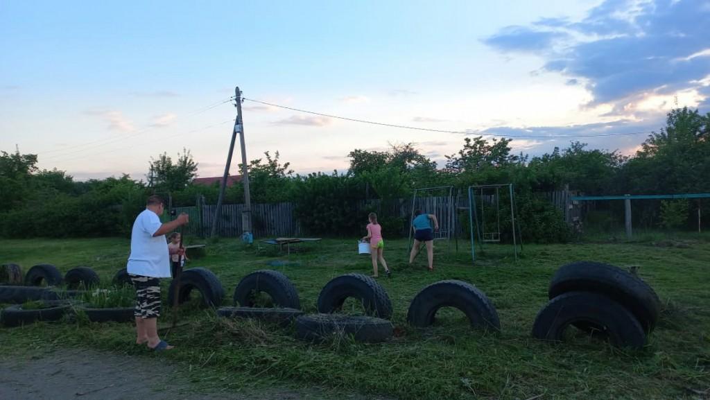 Тамбовские активисты восстановили заброшенную местными властями детскую площадку 3