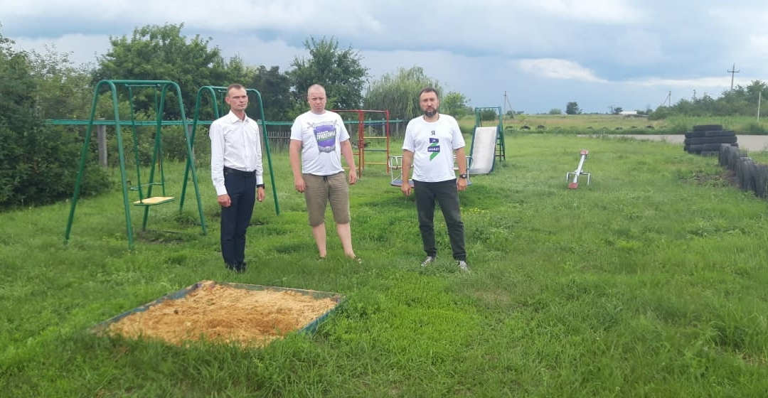 Вслед за Движением Захара Прилепина к восстановлению детской площадки в селе Кузьмино-Гать подключились сельские власти