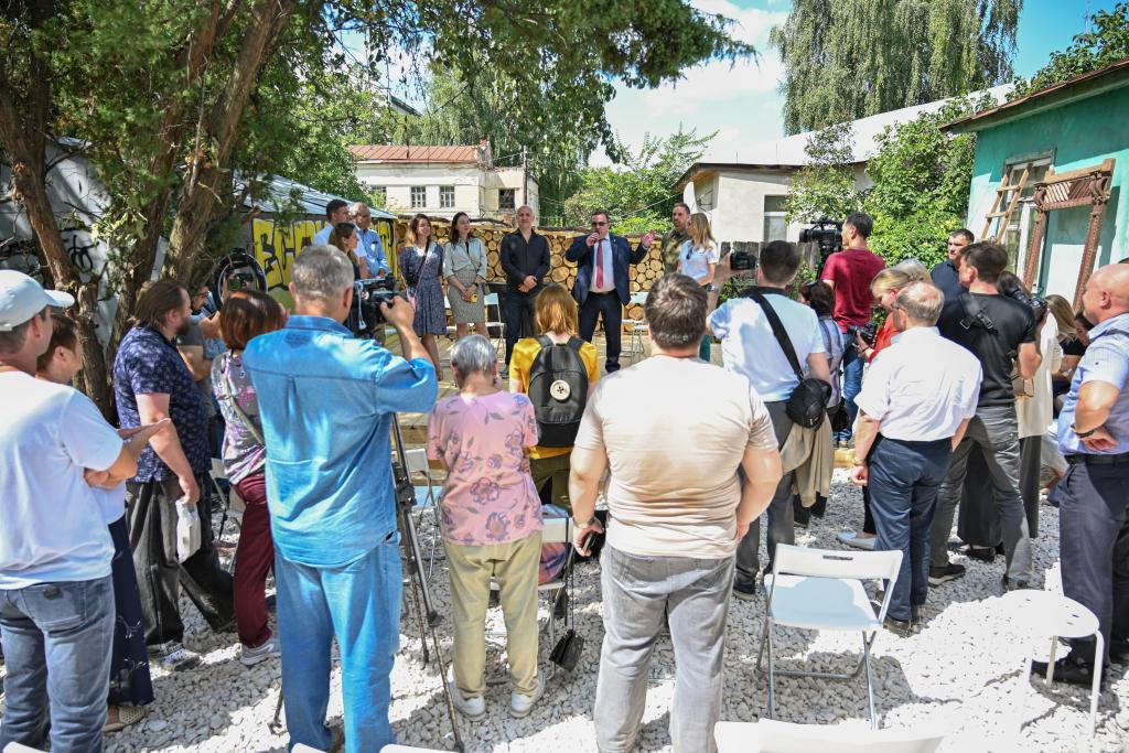 Захар Прилепин открыл арт-пространство Есенин Центра 8