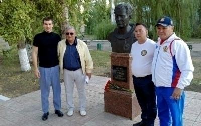 Артем Чеботарев возложил цветы к памятнику Титову и монументу погибшим воинам